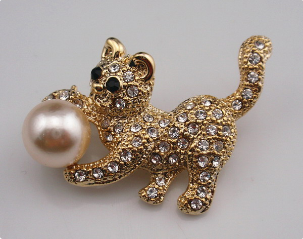 Zinc alloy brooch with rhinestones and fake pearl